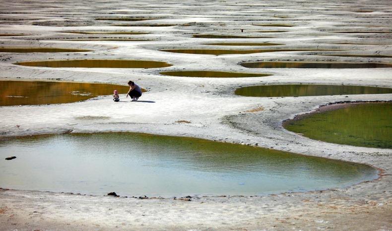 أغرب بحيرات العالم : البحيرة المرقطة فى كندا spotted-lake-9[3].jp